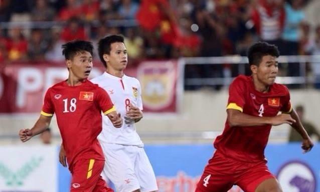 U19 Việt Nam (áo đỏ) trong trận cầu với các cầu thủ UAE.