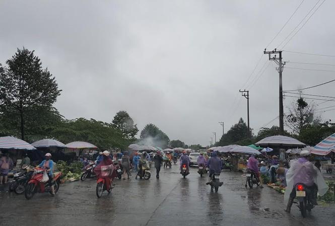 Chợ vẫn họp và đông người mua bán.