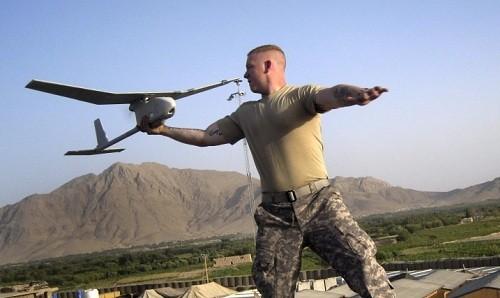 Binh sĩ Mỹ đang vận hành một UAV Raven RQ-11B Analog. Ảnh: Military