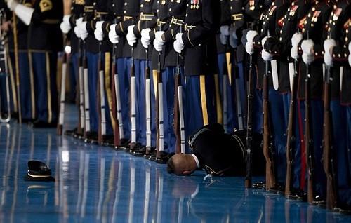 Thành viên đội danh dự Mỹ ngất xỉu trong lễ từ biệt của Obama. Ảnh: AFP