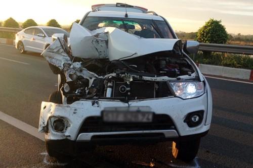 Ôtô bị nát hết phần đầu.