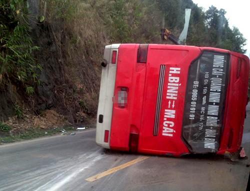 Chiếc xe khách lật nghiêng sau khi mất phanh đâm vào vách núi. Ảnh: Đức Thành