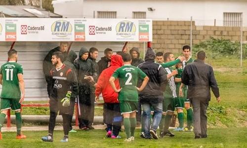 Các cầu thủ Jedula phải ùa vào ngăn cản đồng đội sau tình huống ẩu đả với trọng tài.