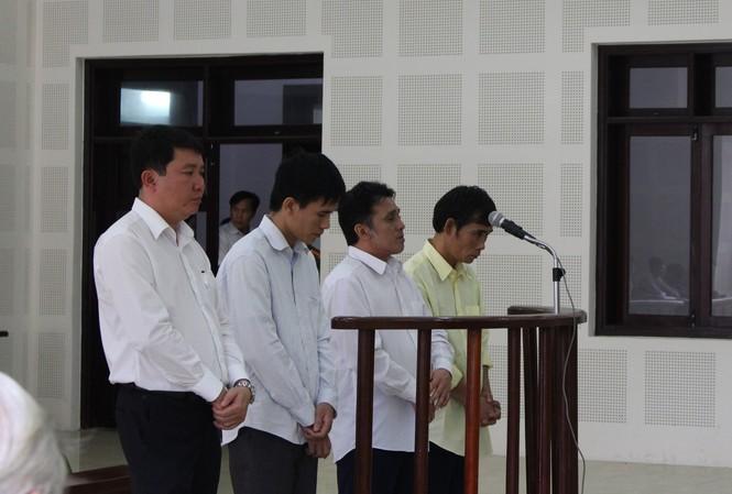 Các bị cáo nghe cáo trạng của VKSND TP Đà Nẵng. Ảnh: Giang Thanh