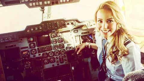 Nữ phi công xinh đẹp than 'ế' vì Ronaldo