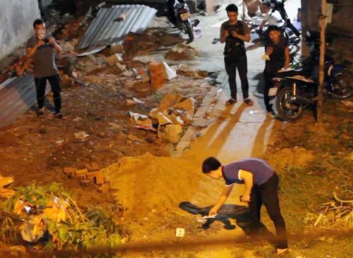 Cảnh sát phong tỏa hiện trường, điều tra vụ án mạng