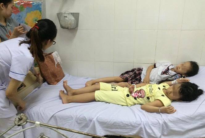 Các em học sinh nhập viện với triệu chứng đau bụng, buồn nôn.