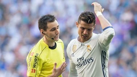 Ronaldo bỗng dưng gặp họa vì 'bắt chước'... Messi
