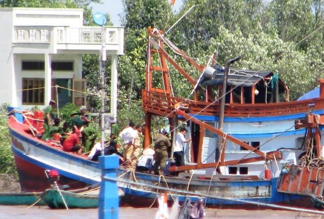 Con tàu bị nạn được kéo vô bờ để khám nghiệm hiện trường