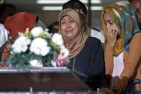Người thân của Hayati Lutfiah, một hành khách trên chuyến bay AirAsia gặp nạn.