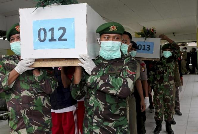 Thi thể nạn nhân QZ8501 được đưa tới Surabaya