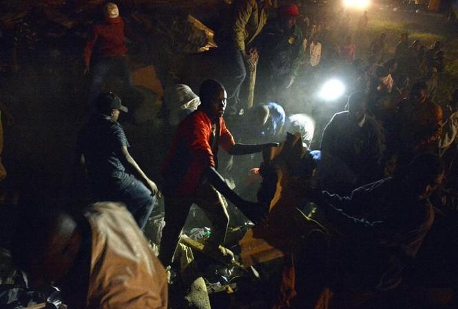 Người dân tham gia vào hoạt động cứu trợ