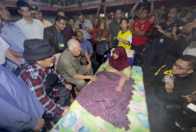 Thủ tướng Malaysia Najib Razak thăm người dân vùng lũ ở bang Perak