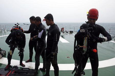 Các thợ lặn tham gia hoạt động tìm kiếm máy bay QZ8501.