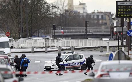 Cảnh sát Pháp tiếp cận siêu thị Kosher - Ảnh: Getty Images