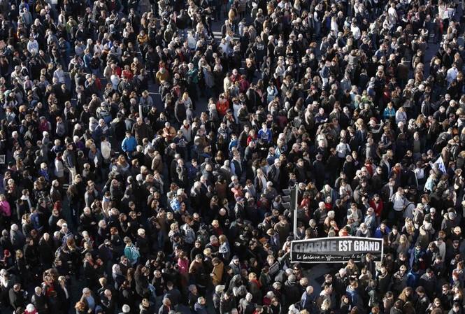 Người dân ở Marseille đổ xuống đường tưởng nhớ nạn nhân vụ xả súng Pháp
