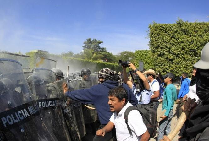 Người biểu tình nổi giận đụng độ cảnh sát.