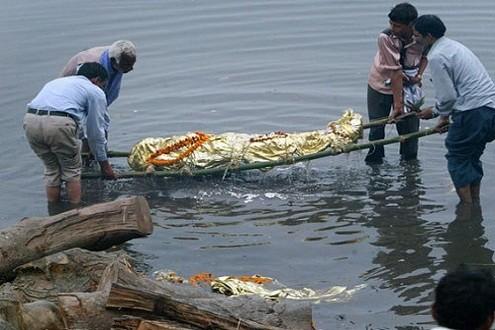 Nhiều thi thể trôi dạt trên sông Hằng.