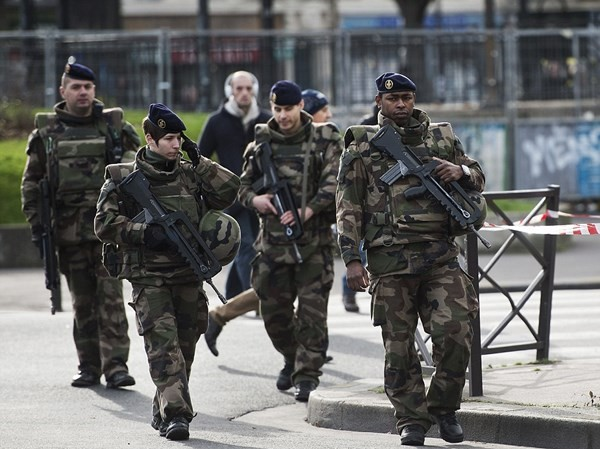 Pháp tăng cường an ninh sau vụ khủng bố.
