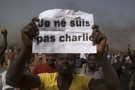 """Người biểu tình giơ cao biểu ngữ: """"Tôi không phải Charlie"""""""