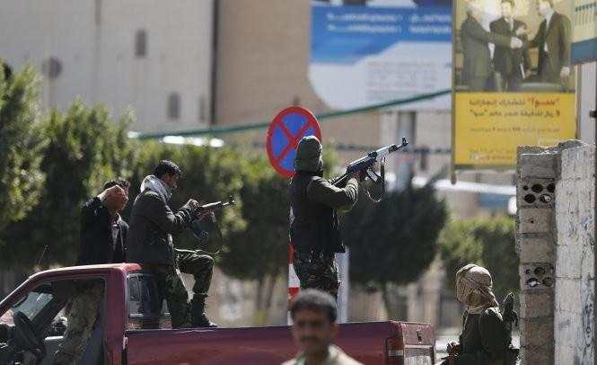 Các tay súng Houthi xả súng gần dinh Tổng thống Yemen