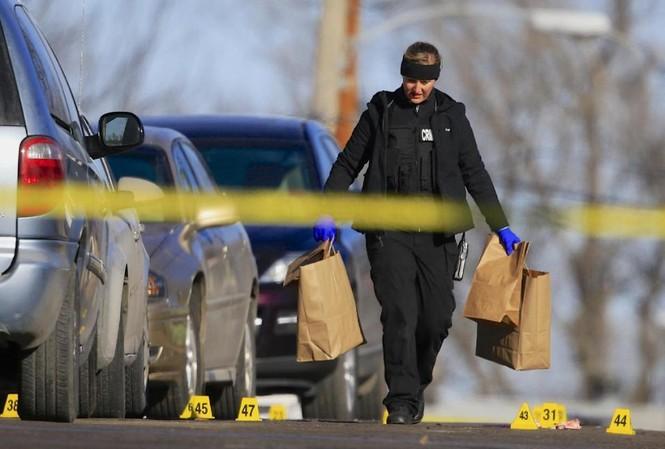 Cảnh sát thu thập chứng cứ từ hiện trường.