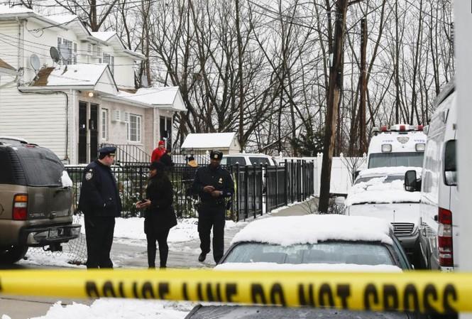 Cảnh sát phong tỏa hiện trường vụ án mạng.