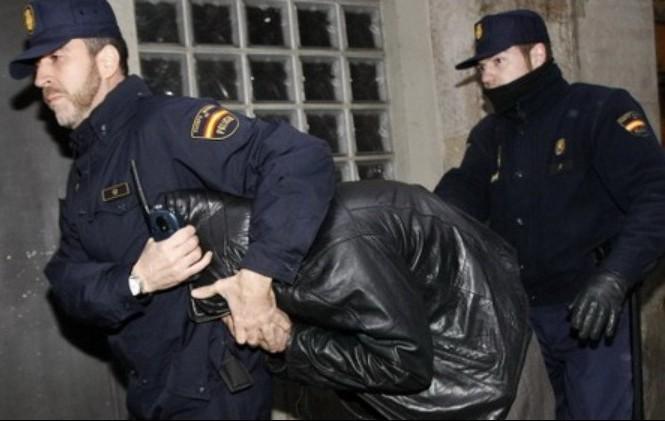 Cảnh sát Tây Ban Nha bắt giữ các nghi phạm.