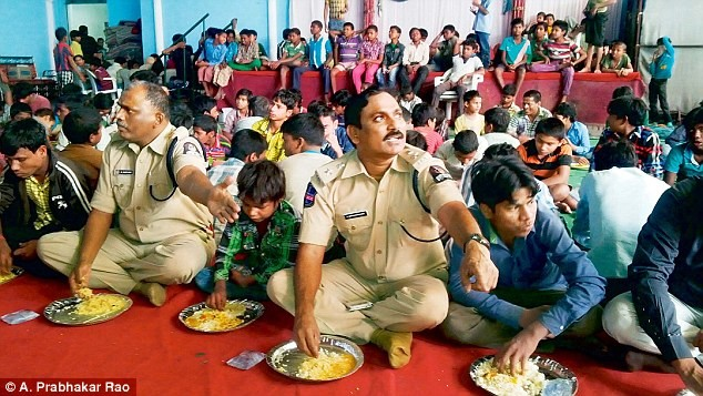 Cảnh sát tổ chức bữa ăn cho các em được giải cứu.