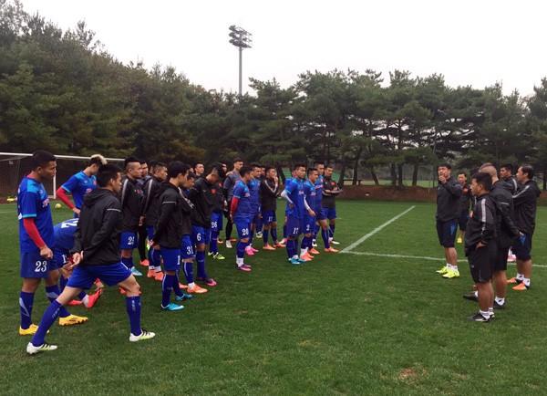 HLV Nguyễn Hữu Thắng phổ biến kế hoạch cho các cầu thủ trước buổi tập