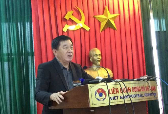 Trưởng Ban trọng tài VFF Nguyễn Văn Mùi phát biểu tại cuộc họp sáng 20/12