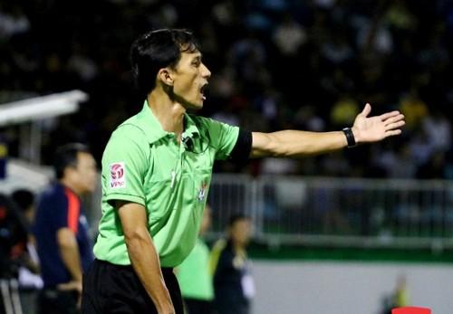 Trợ lý trọng tài Phan Việt Thái ở trận đấu HA.GL-Quảng Nam hôm 2/4 (ảnh Nhất Nam)