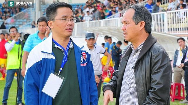 Ông Nguyễn Tấn Anh (trái) và bầu Đức trên sân Pleiku.