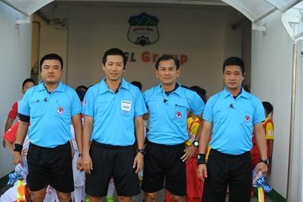 Trọng tài Trần Xuân Nguyện và trợ lý trọng tài Phạm Phú Hưng tạm bị đình chỉ công tác.