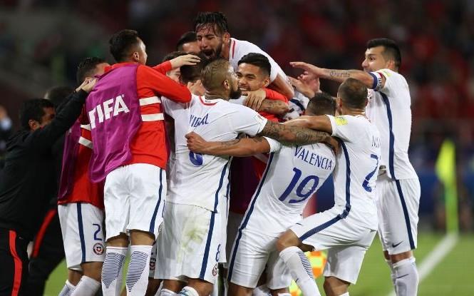 Các cầu thủ Chile ăn mừng chến thắng
