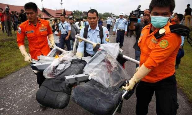 Đội cứu hộ trục vớt vật dụng trên máy bay