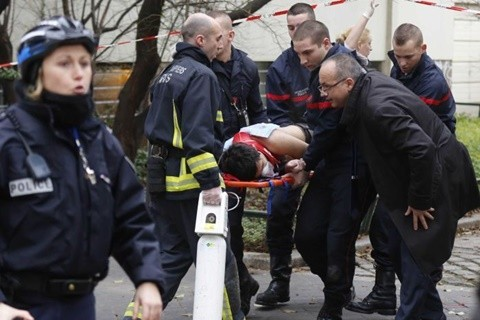 Cảnh sát đưa những người bị thương ra khỏi hiện trường
