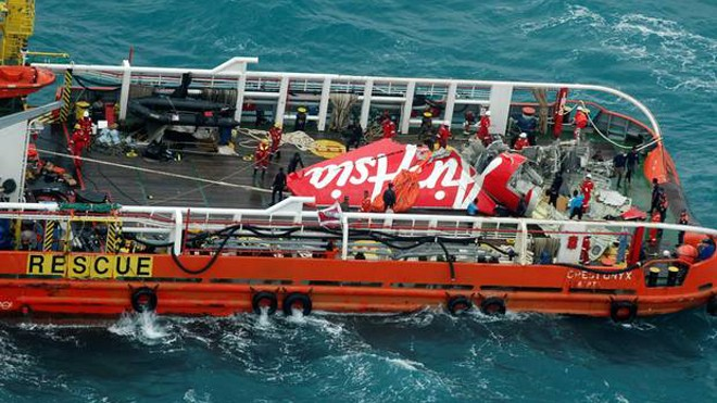 Đội cứu hộ vớt phần đuôi máy bay QZ8501. Ảnh: Independent