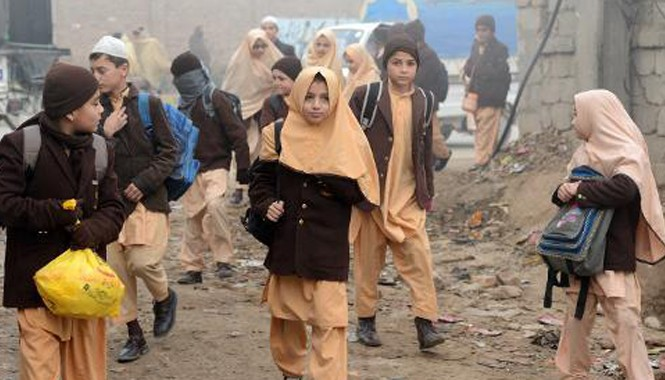Học sinh ở Pakistan đến trường.