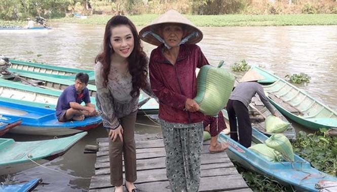 Gần 3 tấn gạo đã được người đẹp đóng gói cẩn thận và chuyển đến tận tay từng hộ nghèo.
