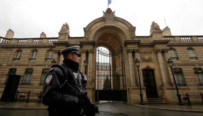 Một cảnh sát bên ngoài dinh Tổng thống (Ảnh; Mirrors)
