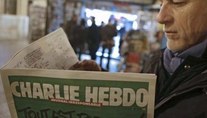 Một độc giả đang đọc Charlie Hebdo (Ảnh; BBC)