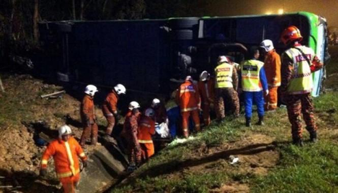 Lực lượng cứu hộ làm việc tại hiện trường (Ảnh: Malaysia Insider)