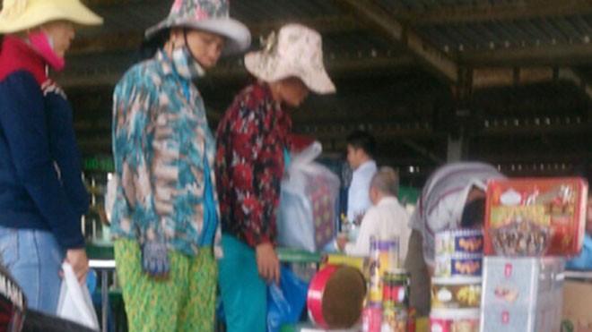 Các mặt hàng bia, rượu, sữa nước Ensure nhập lậu về Tây Ninh, được chào bán ở phía bên ngoài siêu thị miễn thuế Mộc Bài.