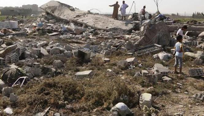 Ảnh hiện trường một máy bay quân sự Syria rơi ở thành phố Raqqa hồi tháng 9/2014 (Ảnh: Press TV)