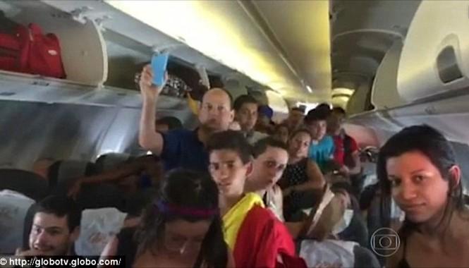 Các hành khách bên trong máy bay