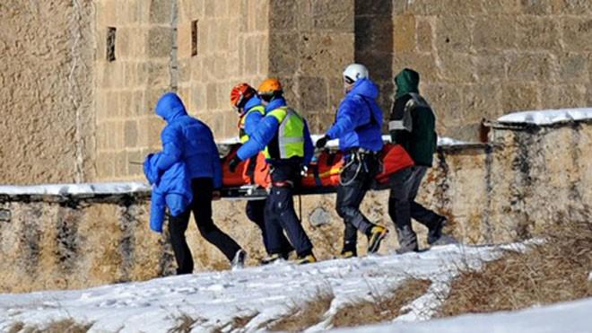 Đội cứu hộ đưa thi thể nạn nhân ra khỏi hiện trường. Ảnh: AFP