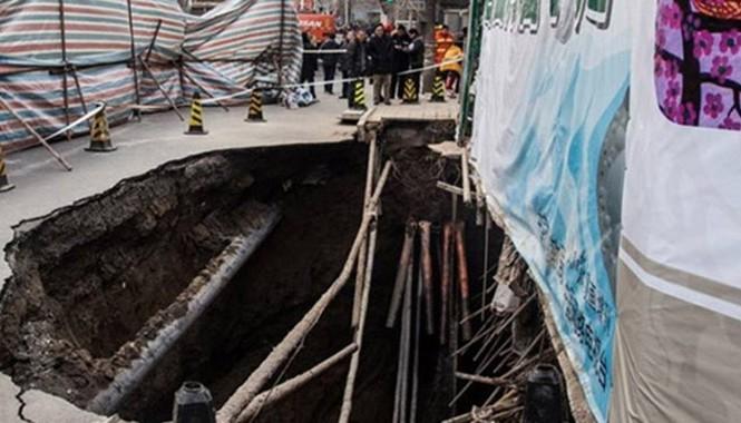 """""""Hố tử thần"""" xuất hiện trên đường sau vụ sập. Ảnh: Shanghaiist"""