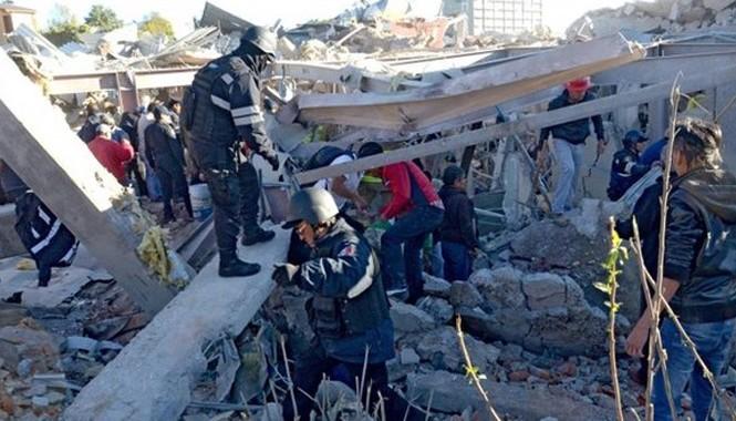 Lực lượng cứu hộ làm việc tại hiện trường