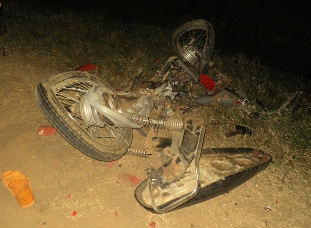 Chiếc xe máy chở cả gia đình bị cán nát.